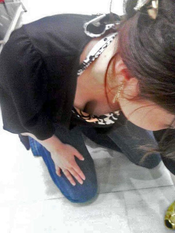 店員 客 胸チラ 靴屋 エロ画像【7】