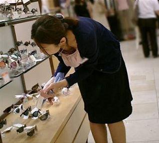店員 客 胸チラ 靴屋 エロ画像【11】