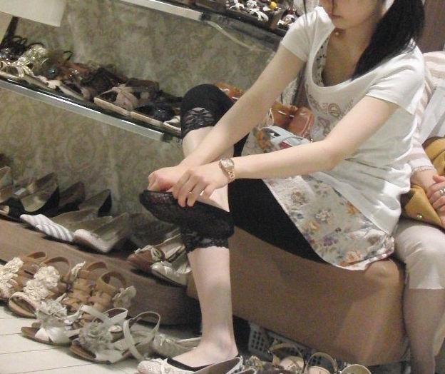店員 客 胸チラ 靴屋 エロ画像【16】