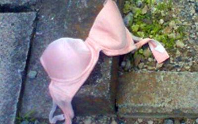 地面にブラやパンツが落ちてる不審な下着のエロ画像 ①