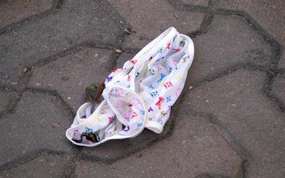 地面にブラやパンツが落ちてる不審な下着のエロ画像 ③
