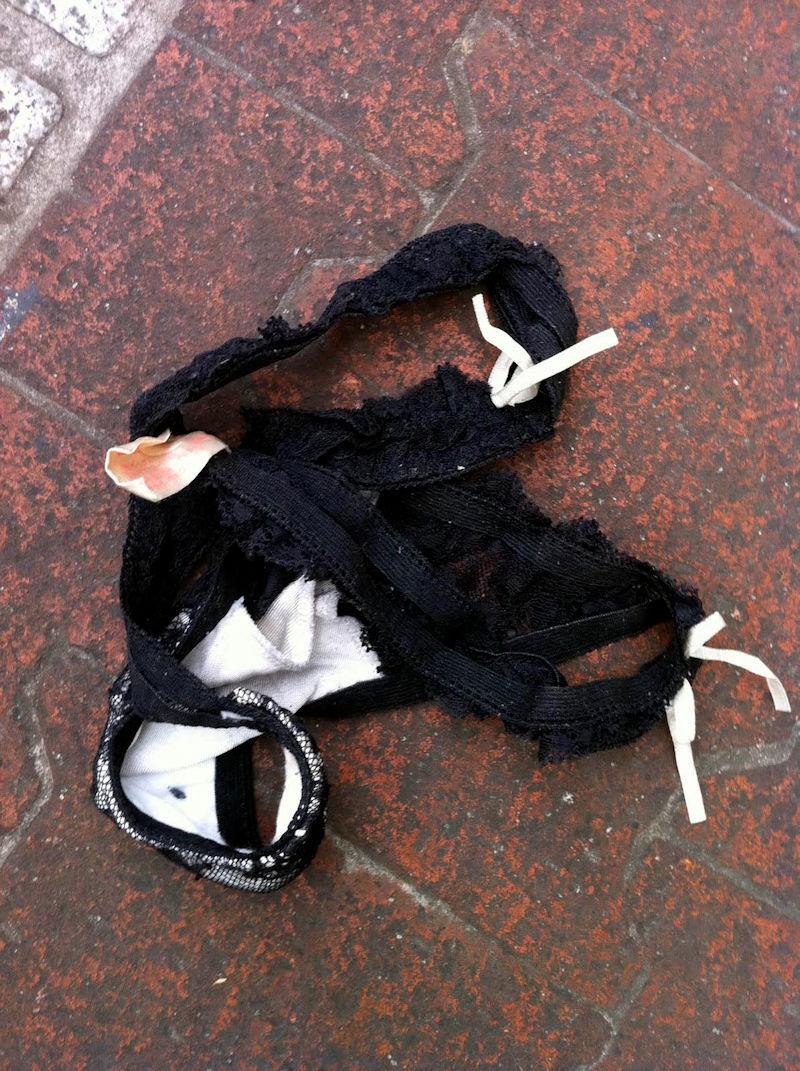 地面 ブラ パンツ 落ちてる 下着 エロ画像【38】