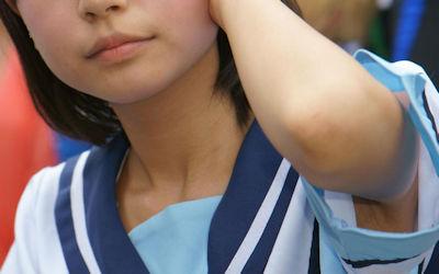 袖の隙間に脇が覗く夏服JKのワキチラ画像 ④