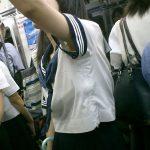 袖の隙間に脇が覗く夏服JKのワキチラ画像