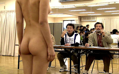 男の前で裸になった女がジロジロ見みられる羞恥的なヌード画像 ③