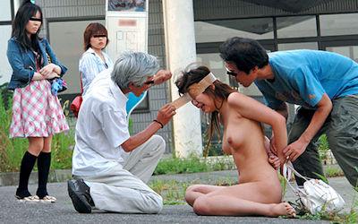 男の前で裸になった女がジロジロ見みられる羞恥的なヌード画像 ④