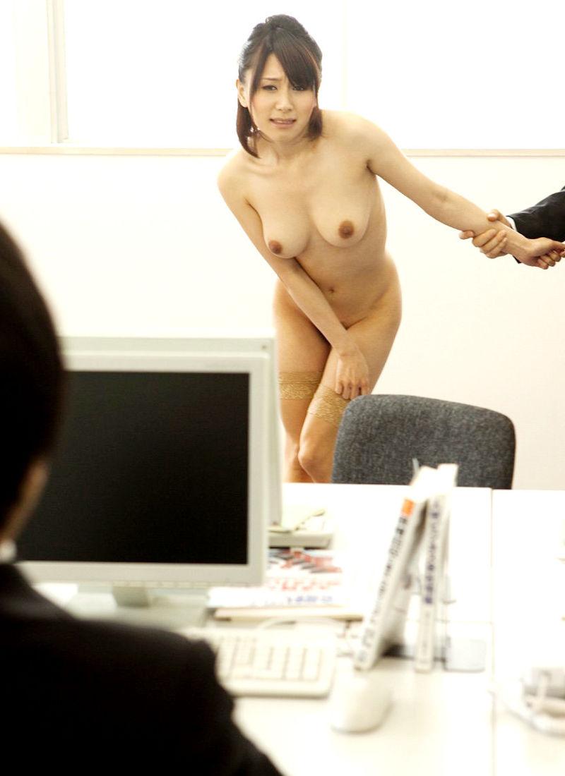 男の前 裸 ジロジロ 見みられる 羞恥 ヌード エロ画像【2】