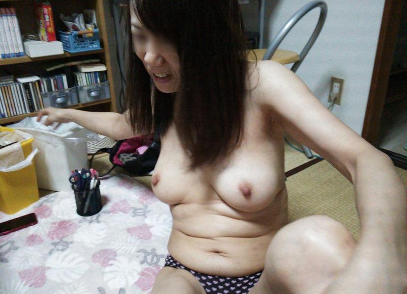 家庭内でパンツ一丁なおっぱい丸出し熟女のエロ画像