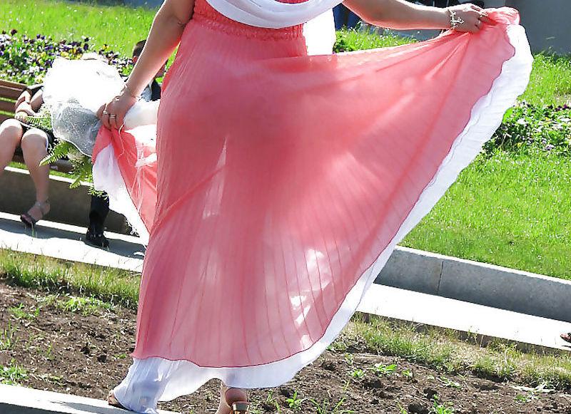 ワンピース・ドレス姿な外国人の街撮り透けパン画像集