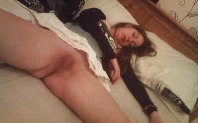 ノーパンで就寝!まんこ丸出しで眠る外国人のエロ画像 ④