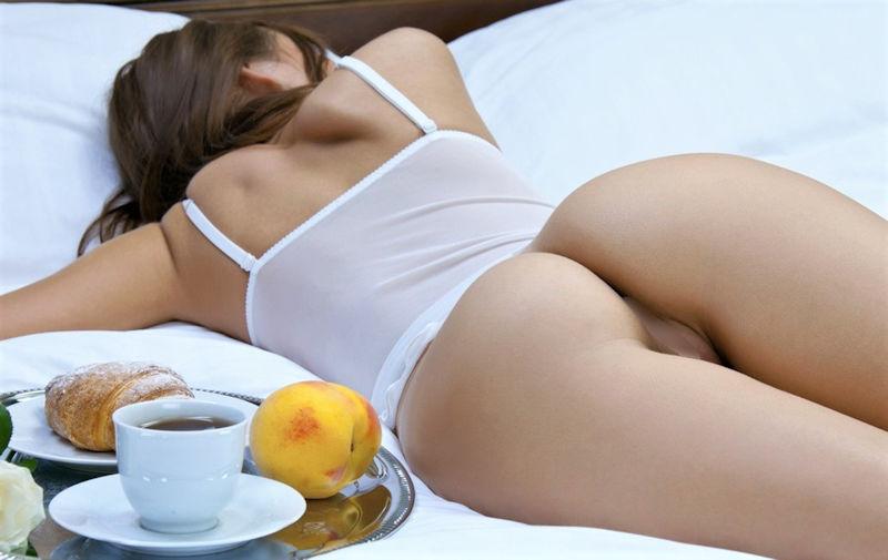 ノーパン 就寝 まんこ 丸出し 眠る 外国人 エロ画像【8】