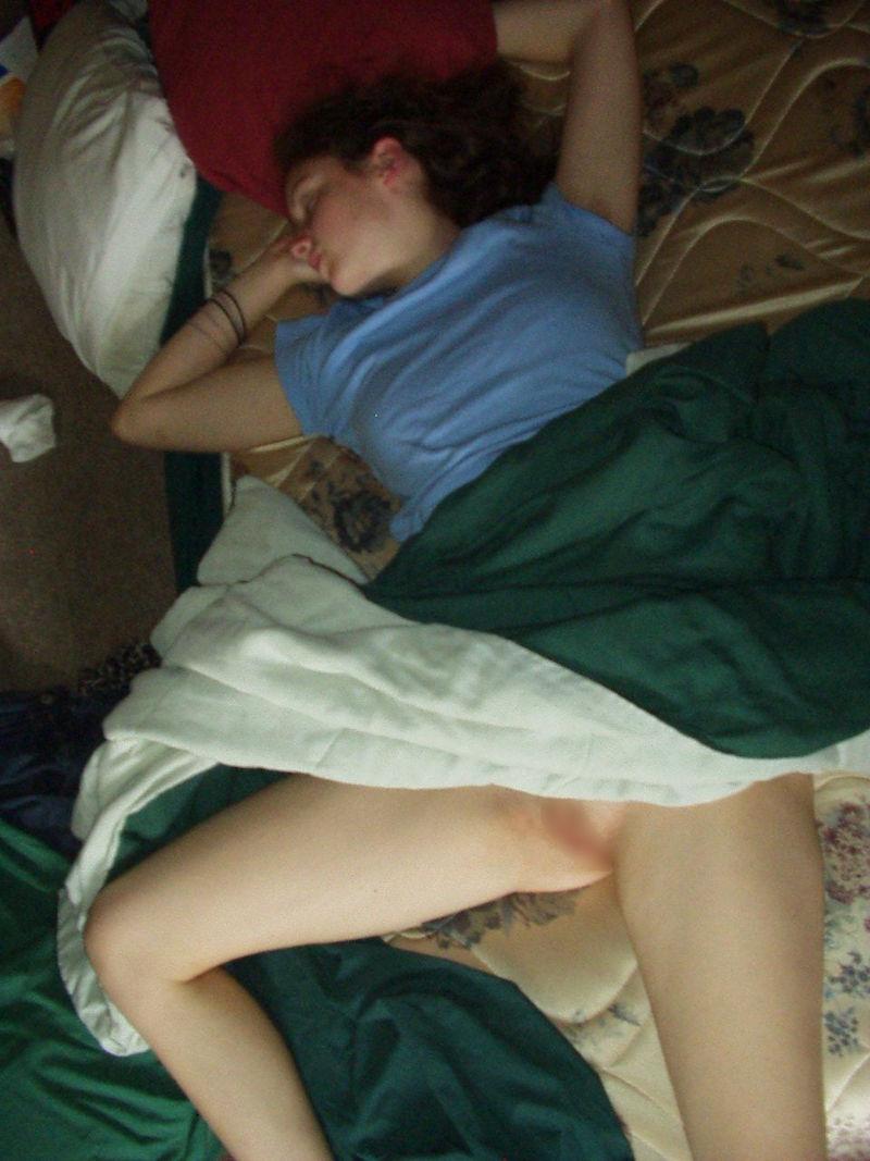 ノーパン 就寝 まんこ 丸出し 眠る 外国人 エロ画像【28】