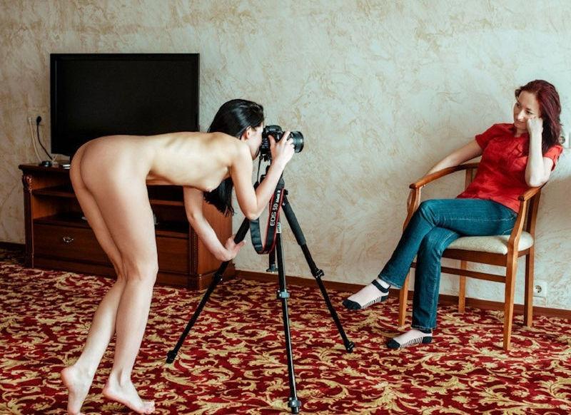 女性カメラマンが裸なヌードフォトグラファーのエロ画像