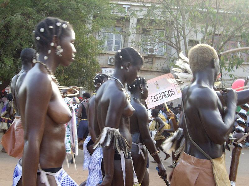 ギニア人 おっぱい ビサウ カーニバル エロ画像【10】