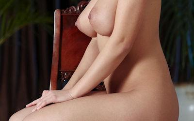 全裸で上手に正座する外国人のヌード画像 ①