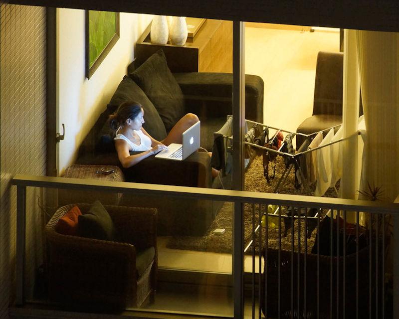 窓 カーテン 開いてる 外国人 部屋 覗く エロ画像【7】