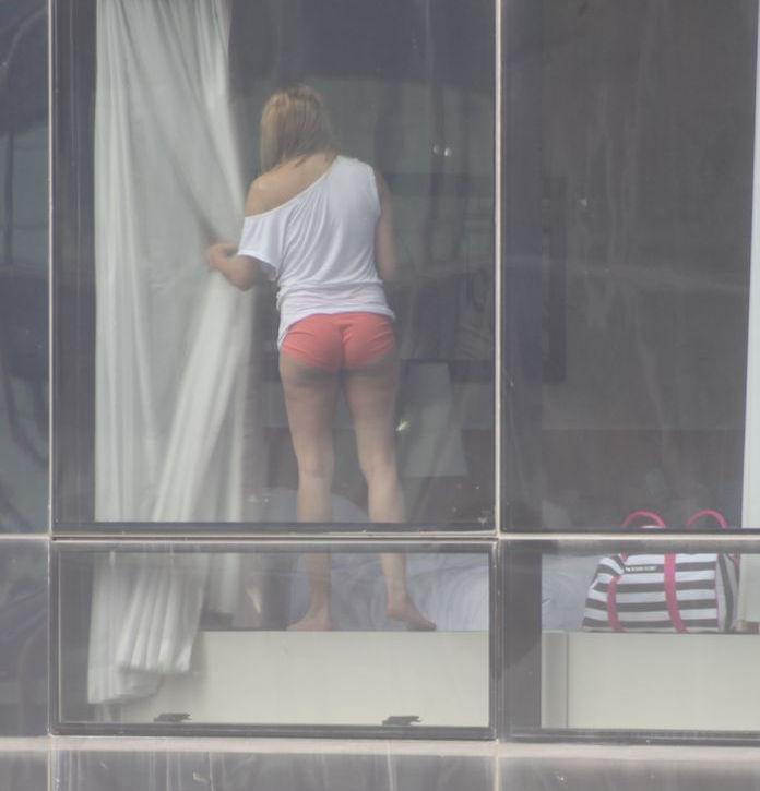 窓 カーテン 開いてる 外国人 部屋 覗く エロ画像【13】