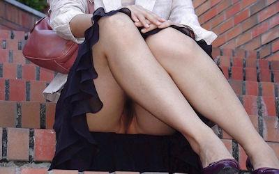 ノーパンの座りマンチラやしゃがみマンチラのエロ画像 ①