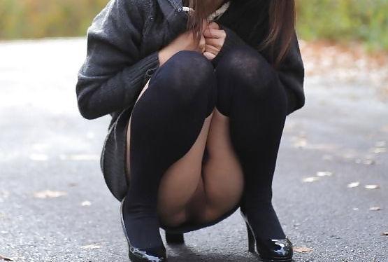 ノーパン 座り しゃがみ マンチラ エロ画像【3】