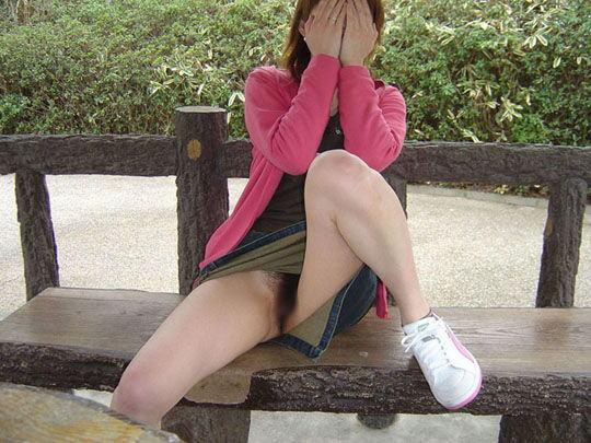 ノーパン 座り しゃがみ マンチラ エロ画像【13】