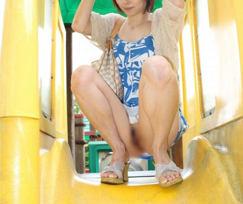 ノーパン 座り しゃがみ マンチラ エロ画像【14】