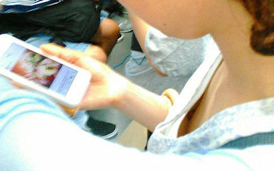 携帯電話(スマホ・ガラケー)に夢中な胸チラエロ画像 ②