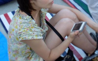 携帯電話(スマホ・ガラケー)に夢中な胸チラエロ画像 ④