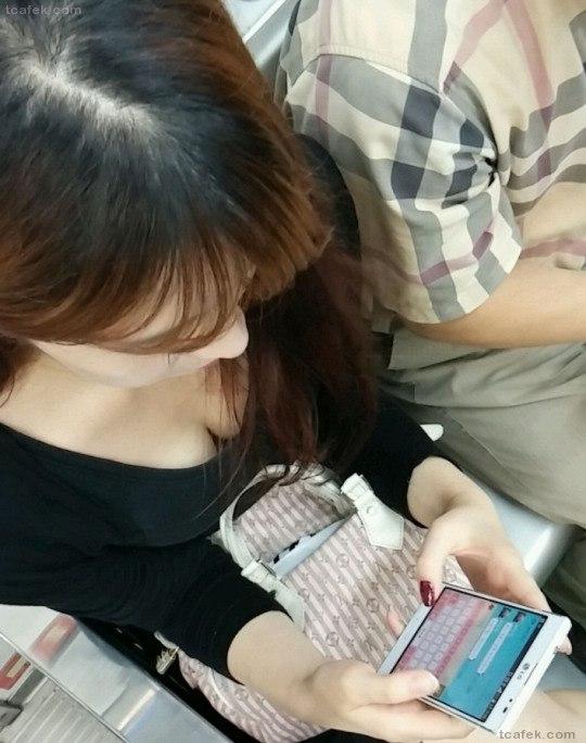 携帯電話 スマホ ガラケー 夢中 胸チラ エロ画像【3】