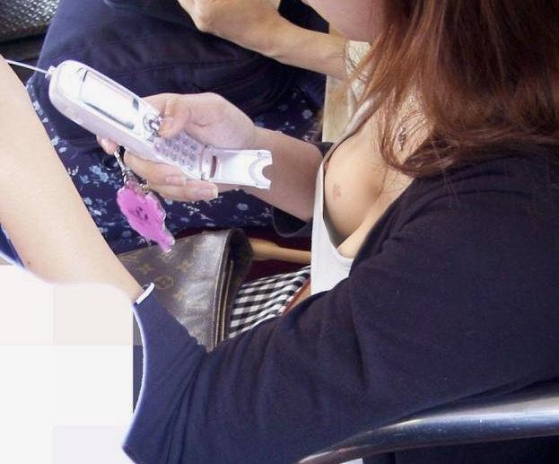 携帯電話 スマホ ガラケー 夢中 胸チラ エロ画像【14】