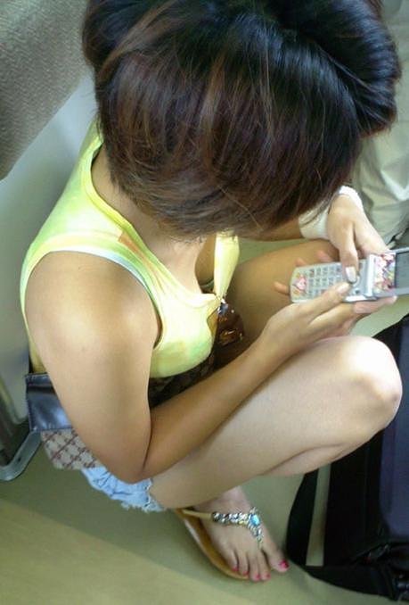 携帯電話 スマホ ガラケー 夢中 胸チラ エロ画像【15】