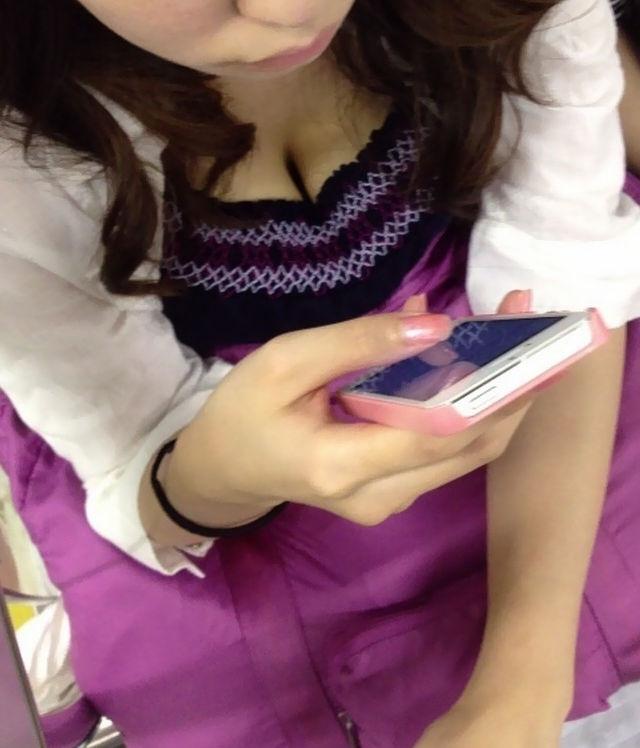 携帯電話 スマホ ガラケー 夢中 胸チラ エロ画像【21】