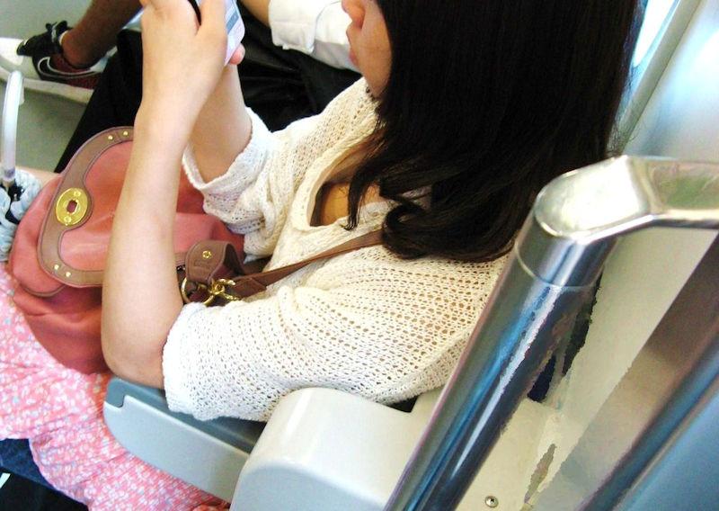 携帯電話 スマホ ガラケー 夢中 胸チラ エロ画像【23】