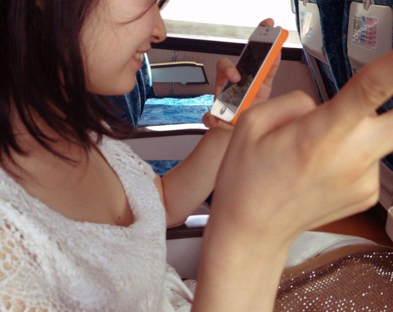 携帯電話 スマホ ガラケー 夢中 胸チラ エロ画像【25】