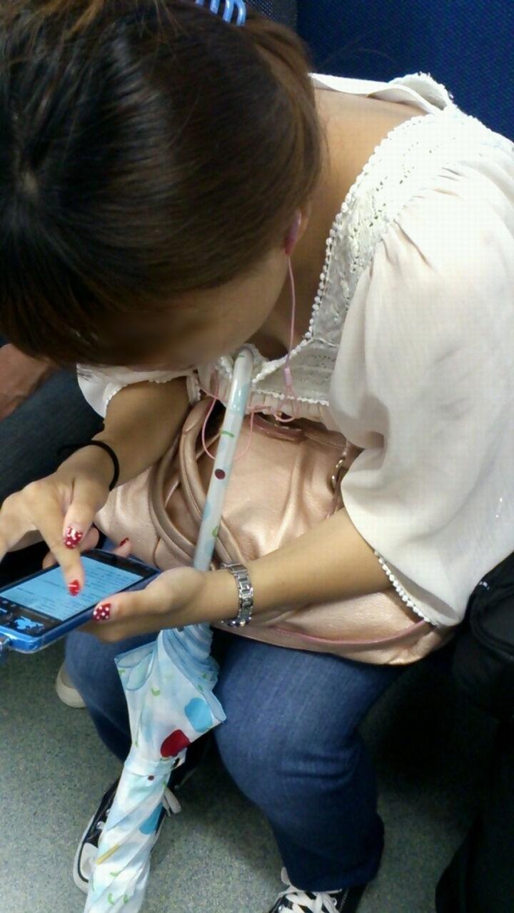携帯電話 スマホ ガラケー 夢中 胸チラ エロ画像【31】
