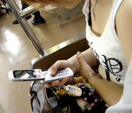 携帯電話 スマホ ガラケー 夢中 胸チラ エロ画像【32】