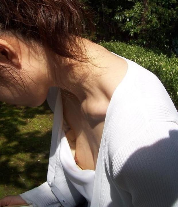 乳首 胸チラ エロ画像【3】