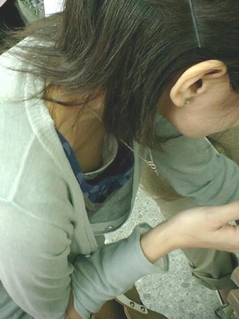 乳首 胸チラ エロ画像【33】