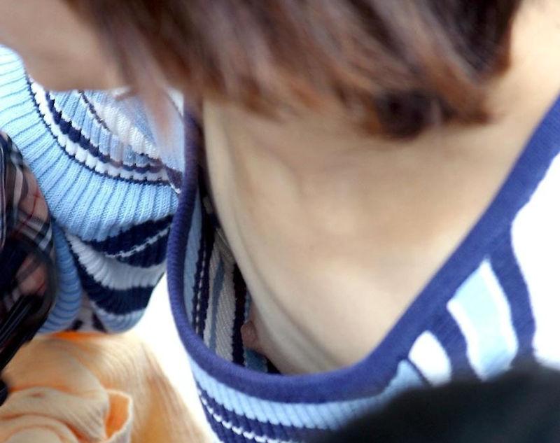 乳首 胸チラ エロ画像【57】