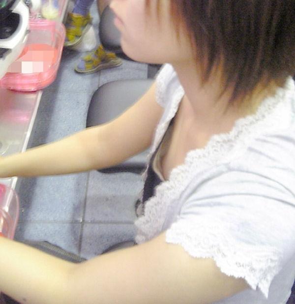 乳首 胸チラ エロ画像【60】