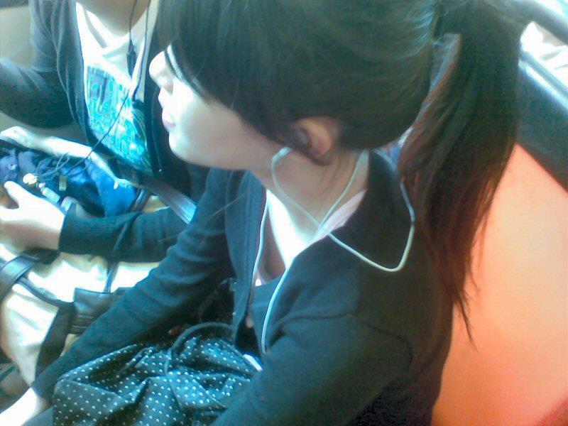 乳首 胸チラ エロ画像【69】
