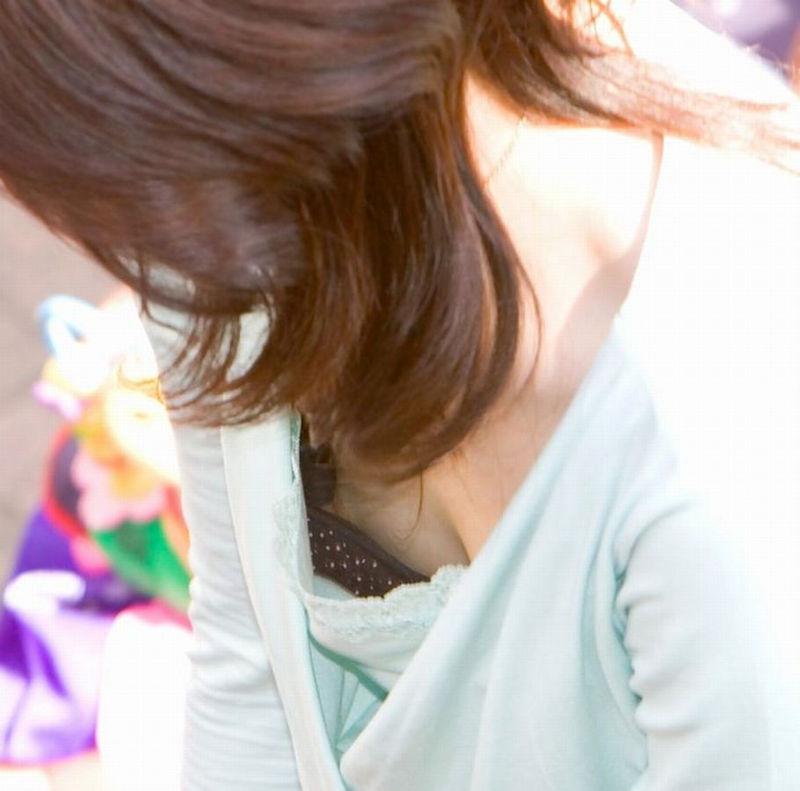 乳首 胸チラ エロ画像【76】