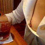食事中の胸チラや乳首ポロリのエロ画像