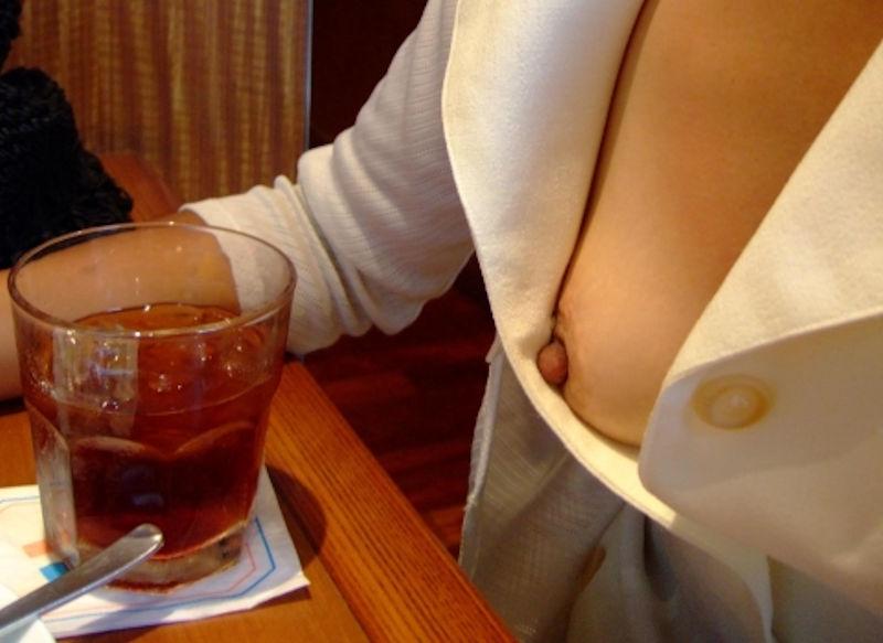 食事中の胸チラや乳首ポロリのエロ画像 表紙