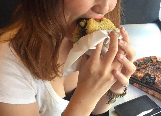 食事中 胸チラ 乳首 ポロリ エロ画像【4】