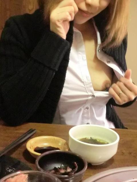 食事中 胸チラ 乳首 ポロリ エロ画像【7】