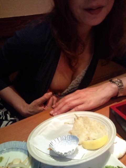 食事中 胸チラ 乳首 ポロリ エロ画像【8】