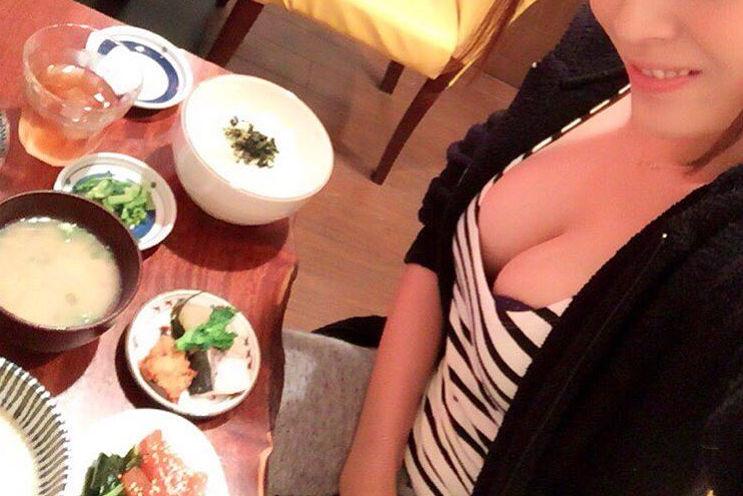 食事中 胸チラ 乳首 ポロリ エロ画像【14】