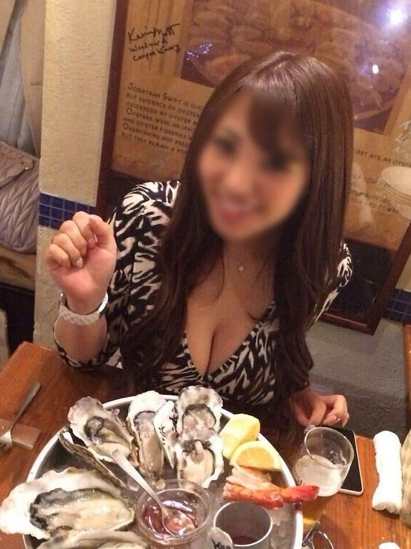 食事中 胸チラ 乳首 ポロリ エロ画像【26】