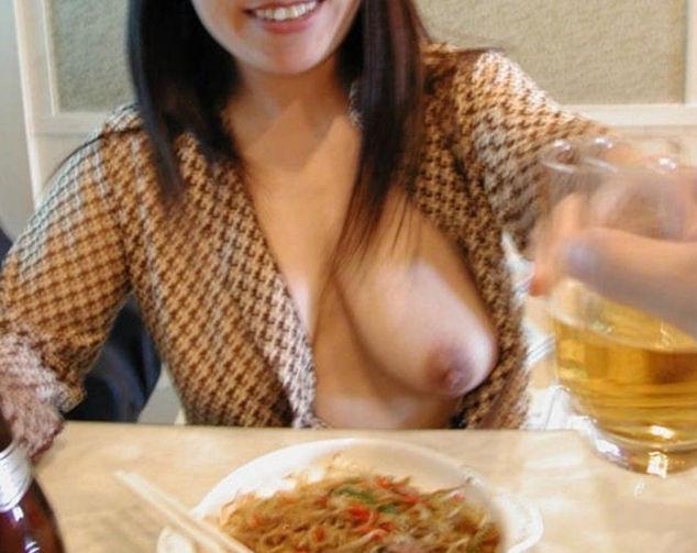 食事中 胸チラ 乳首 ポロリ エロ画像【31】