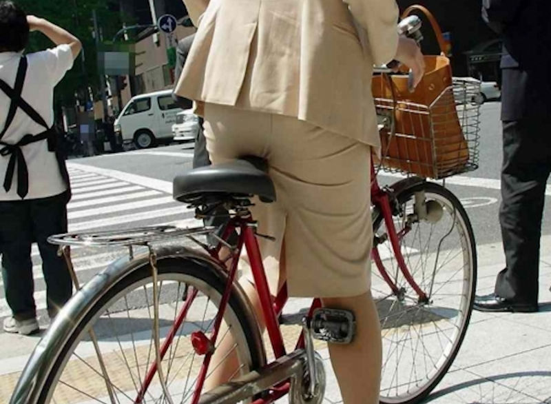 お尻 セクシー 自転車 通勤 OL 街撮り エロ画像